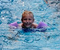 Rapaz pequeno bonito na piscina Imagem de Stock Royalty Free