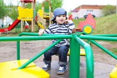 Rapaz pequeno bonito no carrossel Imagens de Stock Royalty Free