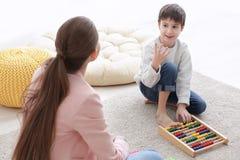 Rapaz pequeno bonito que aprende contar no professor privado Imagem de Stock