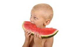 Rapaz pequeno bonito que come a melancia Imagens de Stock
