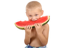 Rapaz pequeno bonito que come a melancia Imagem de Stock Royalty Free