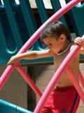 Rapaz pequeno bonito que escala para baixo Fotografia de Stock Royalty Free