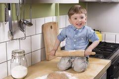 Rapaz pequeno bonito que faz a pizza Foto de Stock Royalty Free
