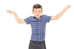Rapaz pequeno bonito que imita com suas mãos imagem de stock