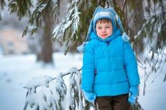 Rapaz pequeno bonito que joga fora em uma floresta Fotos de Stock