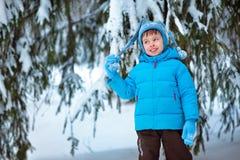 Rapaz pequeno bonito que joga fora em uma floresta Fotos de Stock Royalty Free