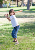 Rapaz pequeno bonito que joga o basebol foto de stock