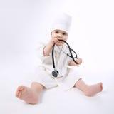 Rapaz pequeno bonito que joga o doutor Fotografia de Stock