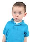 Rapaz pequeno bonito que levanta para a câmera fotos de stock