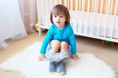 Rapaz pequeno bonito que senta-se no urinol em casa Fotografia de Stock Royalty Free