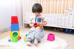 Rapaz pequeno bonito que senta-se no urinol em casa Imagem de Stock Royalty Free
