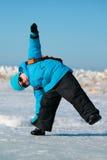Rapaz pequeno bonito que tem o divertimento no dia de inverno frio Foto de Stock Royalty Free