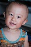 Rapaz pequeno bonito que veste uma veste colorida Fotografia de Stock