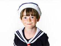 Rapaz pequeno bonito vestido no terno de marinheiro fotos de stock royalty free