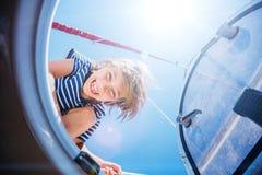 Rapaz pequeno a bordo do iate da navigação no cruzeiro do verão Aventura do curso, vela com a criança em férias em família Fotografia de Stock