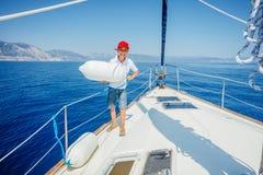 Rapaz pequeno a bordo do iate da naviga??o no cruzeiro do ver?o Aventura do curso, vela com a crian?a em f?rias em fam?lia fotos de stock royalty free