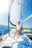 Rapaz pequeno a bordo do iate da naviga??o no cruzeiro do ver?o Aventura do curso, vela com a crian?a em f?rias em fam?lia foto de stock royalty free