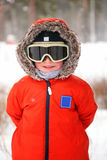 Rapaz pequeno com óculos de proteção do snowboard Foto de Stock Royalty Free