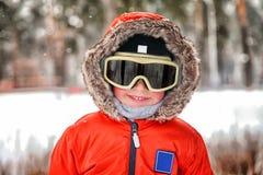 Rapaz pequeno com óculos de proteção do snowboard Imagem de Stock Royalty Free