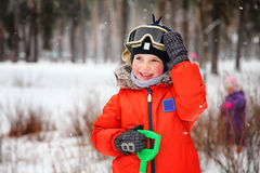 Rapaz pequeno com óculos de proteção do snowboard Fotografia de Stock Royalty Free
