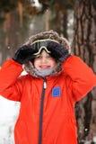 Rapaz pequeno com óculos de proteção do snowboard Imagens de Stock