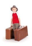 Rapaz pequeno com as duas malas de viagem da estrada. Fotografia de Stock