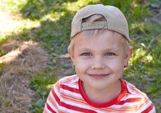Rapaz pequeno com a bacia de framboesa Fotografia de Stock Royalty Free