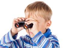Rapaz pequeno com binóculos imagem de stock royalty free