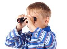Rapaz pequeno com binóculos fotografia de stock royalty free