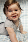 Rapaz pequeno com cabelo longo e sorriso grande. Fotografia de Stock Royalty Free