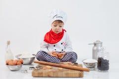 Rapaz pequeno com chapéu dos cozinheiros chefe Imagens de Stock Royalty Free