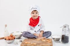 Rapaz pequeno com chapéu dos cozinheiros chefe Fotografia de Stock Royalty Free