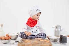 Rapaz pequeno com chapéu dos cozinheiros chefe Foto de Stock Royalty Free