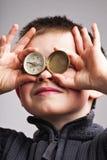 Rapaz pequeno com compasso Imagens de Stock