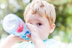 Rapaz pequeno com garrafa Fotografia de Stock