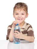 Rapaz pequeno com a garrafa plástica da água imagem de stock