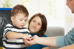 Rapaz pequeno com giz Foto de Stock
