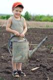 Rapaz pequeno com a lata molhando velha Fotos de Stock Royalty Free