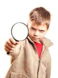 Rapaz pequeno com lente de aumento Fotografia de Stock Royalty Free