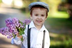 Rapaz pequeno com lilás Fotografia de Stock