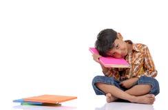 Rapaz pequeno com livro imagem de stock royalty free