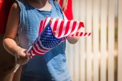 Rapaz pequeno com mão da bandeira nacional dos EUA Imagens de Stock Royalty Free
