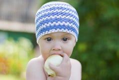 Rapaz pequeno com a maçã Fotos de Stock Royalty Free