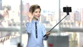 Rapaz pequeno com monopod no fundo borrado vídeos de arquivo
