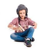 Rapaz pequeno com o avião piloto do chapéu e do brinquedo Foto de Stock