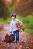 Rapaz pequeno com o urso da mala de viagem e de peluche Fotografia de Stock Royalty Free