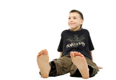 Rapaz pequeno com os pés descalços, isolado sobre Imagens de Stock Royalty Free