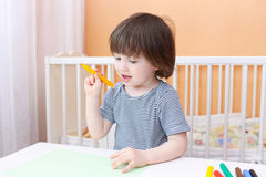 Rapaz pequeno com penas de feltro Foto de Stock Royalty Free