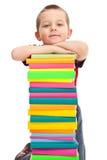 Rapaz pequeno com a pilha dos livros fotografia de stock royalty free