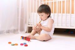 Rapaz pequeno com pinturas em casa Fotografia de Stock Royalty Free